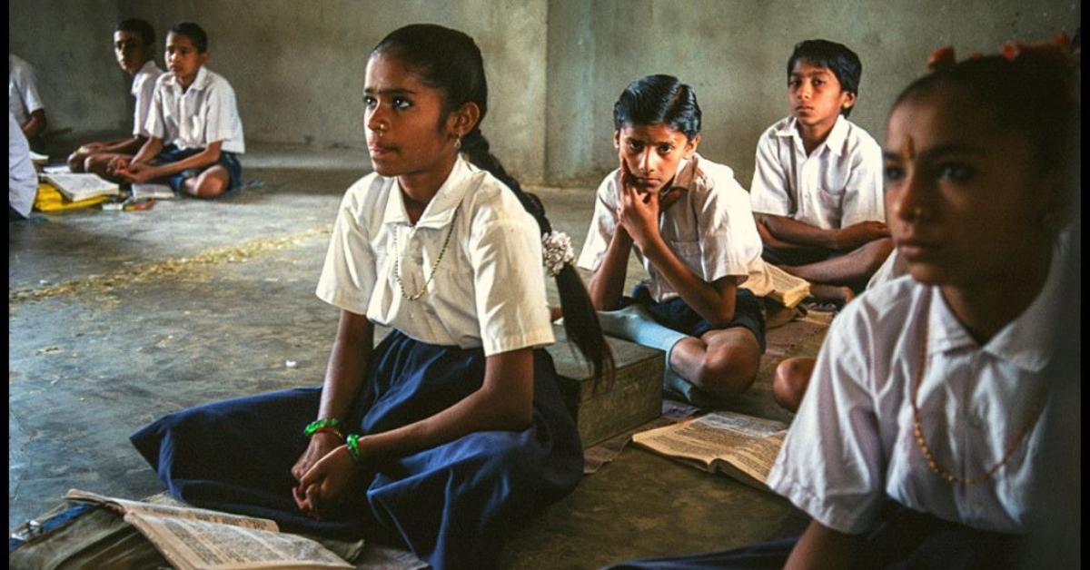 कार्डबोर्ड से बना यह 10 रुपये का स्कूल बैग ग्रामीण बच्चों के लिए एक डेस्क के रूप में भी काम करता है!